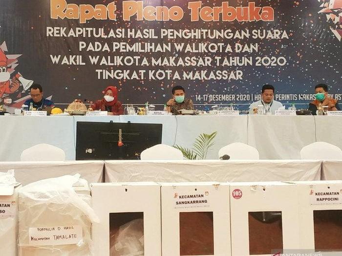 Sejumlah Komisioner KPU Kota Makassar, membacakan hasil akhir rekapitulasi penghitungan suara Pemilihan Wali Kota dan Wakil Wali Kota dalam rapat pleno di Hotel Harper, Makassar Selasa (15/12) malam. (ANTARA/Darwin Fatir)