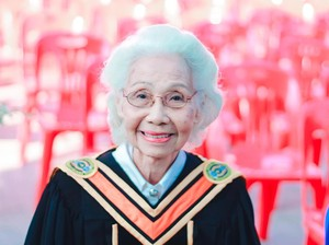 Sosok Nenek Viral yang Lulus Kuliah di Usia 88 Tahun
