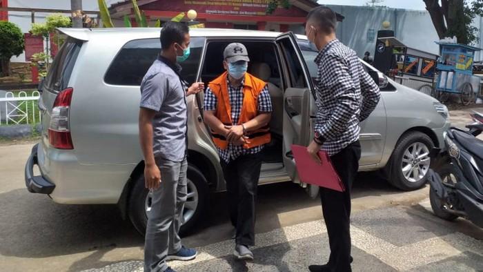 Wabup OKU, Johan Anuar, saat dibawa ke Palembang (Raja Adil-detikcom)