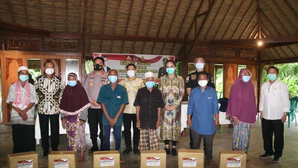 Komisi III DPR & Polda NTB Beri 10.000 Sembako ke Warga Lombok Tengah