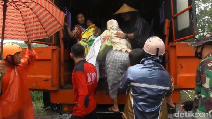warga mengungsi karena banjir lahar