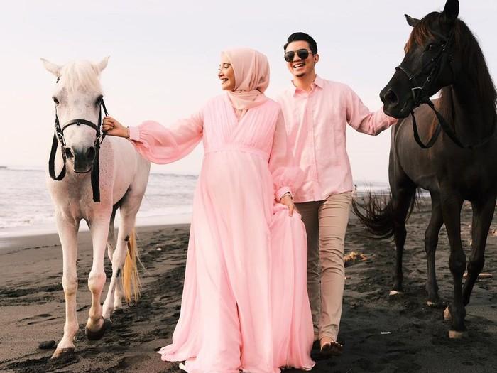 Belum lama ini, pasangan ini melakukan babymoon di Pulau Dewata, Bali. (Foto: Instagram @zaskiasungkar15)