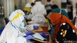 Sebanyak 104 warga menjalani rapid tes swab antigen di Balai Kota Jakarta Timur, Jakarta, Rabu (16/12). Jumlah kasus positif di DKI Jakarta terus meningkat.