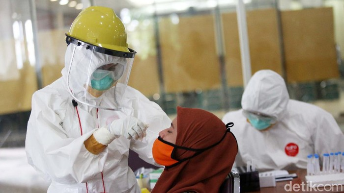 104 Warga Jalani Rapid Test Swab Antigen  Warga mengikuti tes swab rapid tes antigen di Walikota Jakarta Timur, Jakarta, Rabu (16/12/2020). Sebanyak 104 warga menjalani rapid tes swab antigen. hw