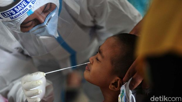 104 Warga Jalani Rapid Test Swab AntigenWarga mengikuti tes swab rapid tes antigen di Walikota Jakarta Timur, Jakarta, Rabu (16/12/2020). Sebanyak 104 warga menjalani rapid tes swab antigen. hw