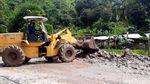 Alat Berat Bersihkan Material Longsor di Kawasan Geopark Ciletuh
