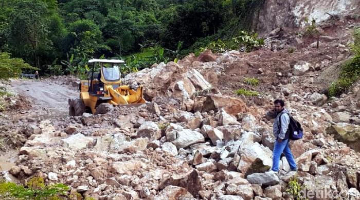 Longsor menerjang kawasan Geopark Ciletuh, Kabupaten Sukabumi. Alat berat pun dikerahkan untuk membersihkan material longsor yang terjadi di kawasan itu.