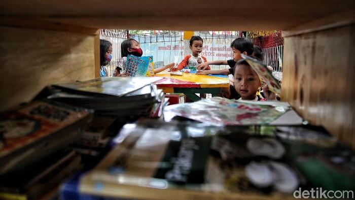 Buku adalah jendela dunia. Untuk itu Daryono membuka ruang baca bagi anak-anak di Rusunawa Koja, Jakarta Utara. Yuk lihat.