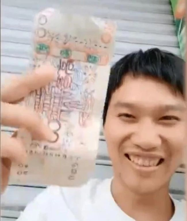 Banjir Pujian! Pemilik Toko Mie Terima Uang Mainan dari Tunawisma