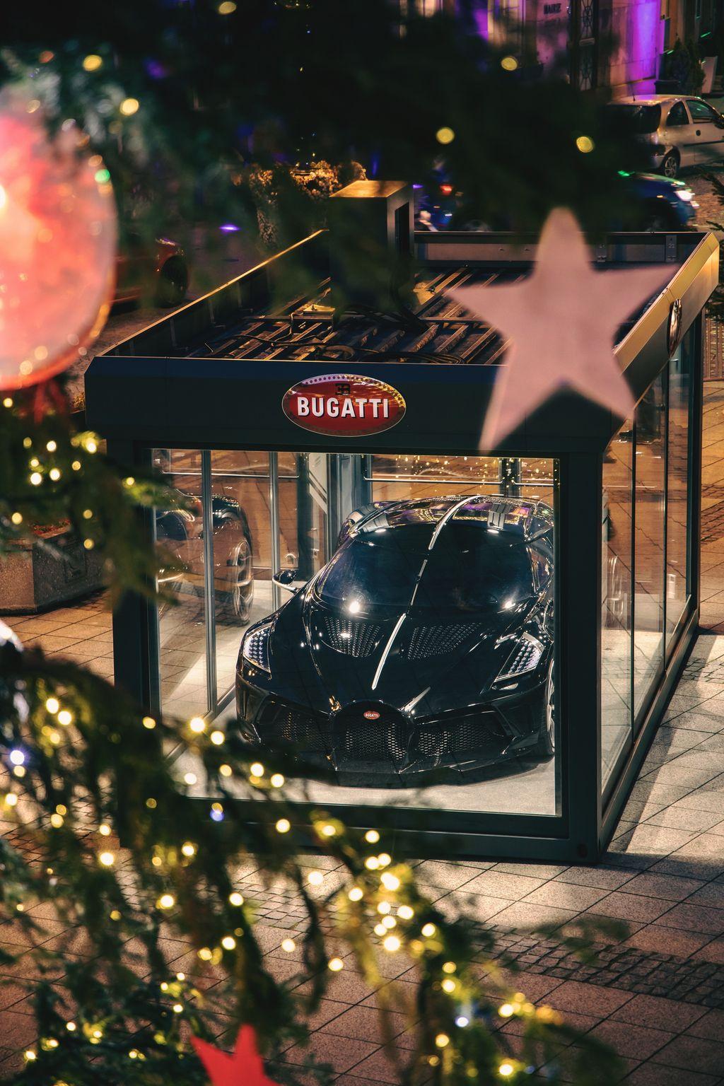 Mobil termahal Bugatti jadi hiasan pohon natal.