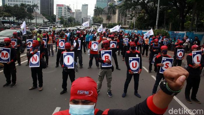 Sejumlah buruh melakukan aksi di Patung Kuda Jakarta, Rabu (16/12). Mereka memberi dukungan terhadap upaya judicial review yang berlangsung di MK.