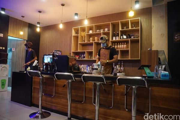 Walau berada di perbatasan RI dan Malaysia, kafe tetap ramai pengunjung.