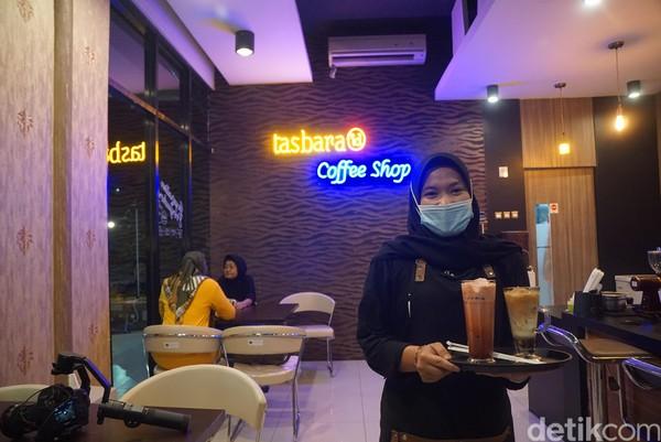 Di masa pandemi ini, protokol kesehatan tetap diberlakukan bagi pengunjung kafe. Para barista dan pelayan pun mengenakan masker saat melayani pengunjung.