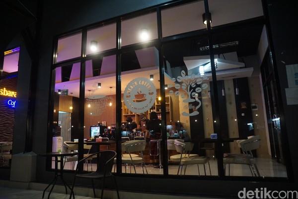 Semakin malam, pengunjung semakin ramai. Kafe juga memutarkan musik hingga suasana santai semakin enak.