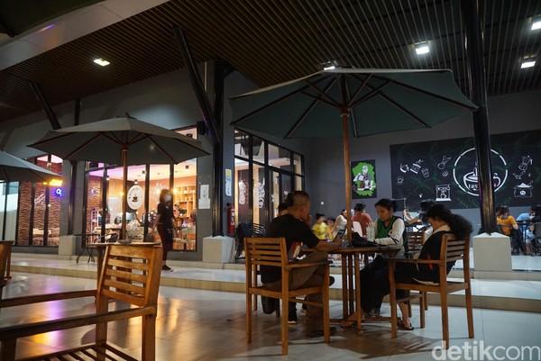 Sama seperti kafe-kafe di kota besar, tempat ini juga menyajikan beragam olahan kopi dan minum lainnya. Juga ada cemilan ringan yang asyik dinikmati saat nongkrong bersama teman-teman.