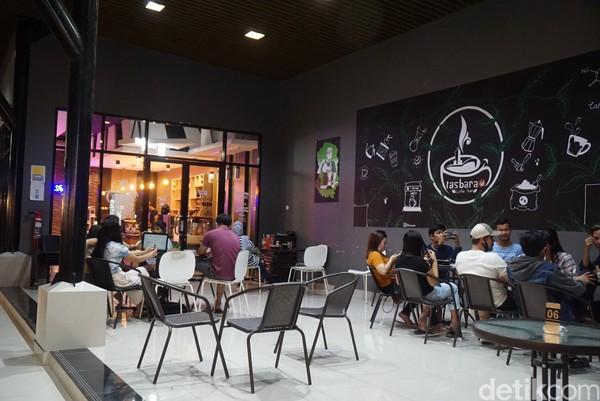 Kafe ini bernama Tasbara, dimana namanya diambil dari posisinya yang berada di lintas batas negara.