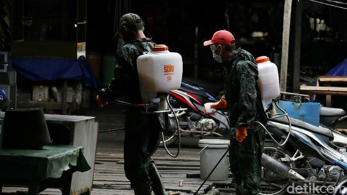 Beragam upaya pencegahan Corona terus dilakukan di perbatasan Indonesia-Malaysia. Salah satunya dengan rutin melakukan penyemprotan disinfektan di ruang publik.
