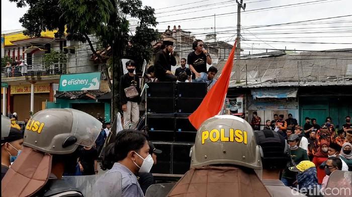 Demonstran Ricuh di KPU Tasikmalaya