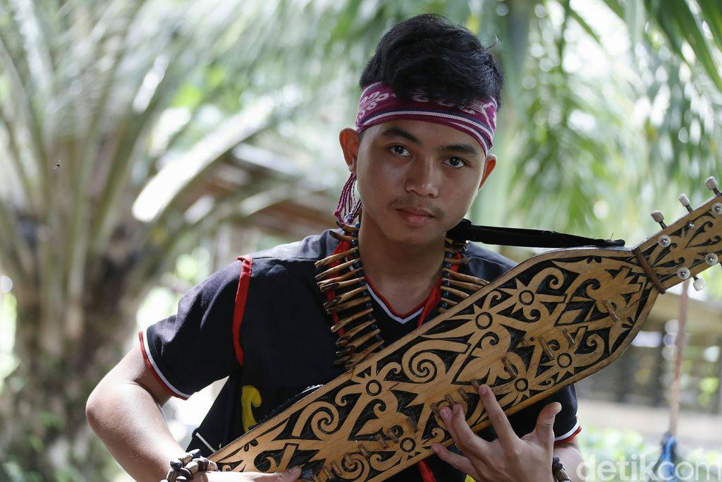 Sape merupakan alat musik tradisional Suku Dayak Kalimantan. Alat musik yang terbuat dari kayu ini dimainkan dengan cara dipetik.