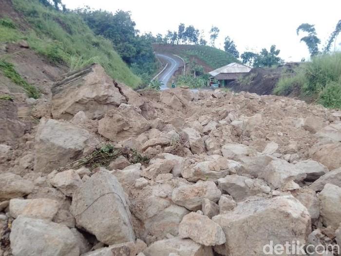 Jalan utama penghubung Geopark Ciletuh Sukabumi terputus akibat longsor