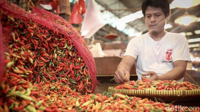 Harga sejumlah bahan pokok berpotensi naik jelang nataru. Pasalnya, musim hujan yang mulai melanda sejumlah wilayah Indonesia mepengaruhi pasokan bahan makanan.