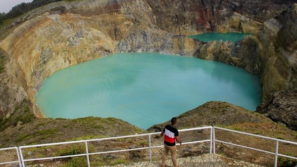 Wisatawan menikmati pemandangan Danau Kelimutu di kabupaten Ende, NTT Selasa (15/12/2020).