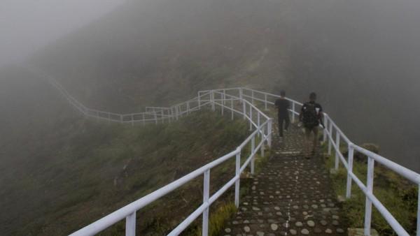 Jalan menuju Danau Kelimutu yang tertutup kabut.
