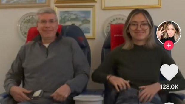 Kangen traveling, seorang pria beli kursi pesawat