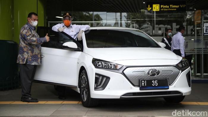 Kendaraan dinas pejabat Kemenhub resmi berganti jadi mobil listrik. Pergantian itu jadi upaya pemerintah untuk percepat penggunaan kendaraan ramah lingkungan.