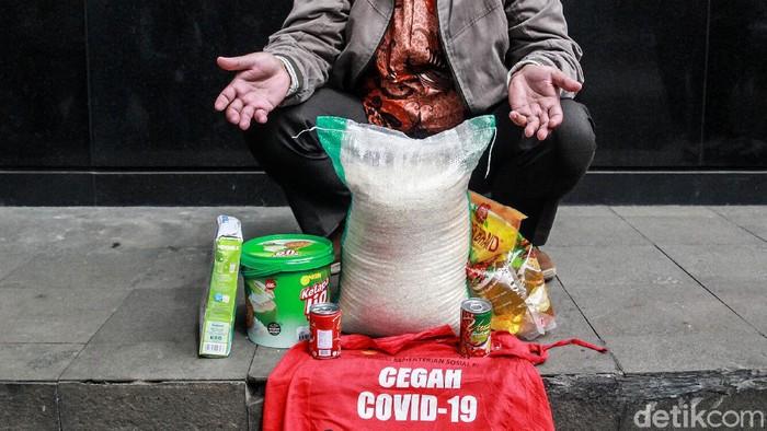Koordinator Masyarakat Anti Korupsi (MAKI) mengirimkan contoh paket sembako Bansos COVID-19 ke KPK. MAKI menduga dana bansos itu 'ditilap' tak hanya Rp 10 ribu.