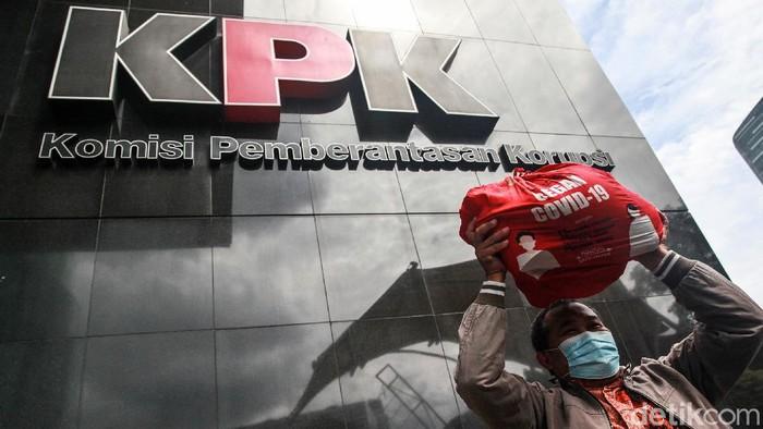 Koordinator Masyarakat Anti Korupsi (MAKI) mengirimkan contoh paket sembako Bansos COVID-19 ke KPK. MAKI menduga dana bansos itu ditilap tak hanya Rp 10 ribu.