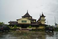 Datang saja ke Masjid Jami Keraton Sambas. Sesuai dengan namanya, masjid ini berdekatan dengan bangunan Keraton Sambas yang merupakan istana raja para sultan Sambas.