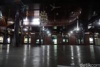 Masjid Jami memiliki jumlah tiang sebanyak 8 yang berada di tengah-tengah masjid. Hal ini menunjukkan bahwa yang membangunnya adalah sultan yang ke-8.