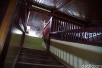 Naik ke lantai dua, kamu akan melihat keunikan lainnya. Tangga menuju lantai dua pun berbeda. Tidak berbentuk jenjang, namun hanya berupa lantai kayu yang diberi penyangga dengan jarak tertentu sebagai penahan kaki untuk naik.