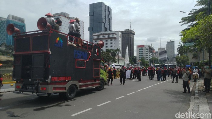 Massa demo omnibus law di Patung Kuda Bubar