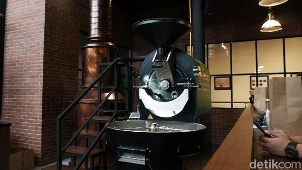 Pengunjung pun tak hanya dapat mencicipi beragam kopi yang ditawarkan tetapi juga dapat menikmati arsitektur bangunan yang menarik tersebut.