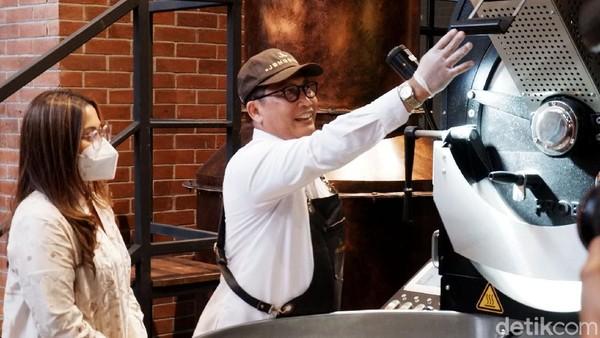 Pada kesempatan tersebut, Buwas, sapaan akrab Budi Waseso dengan menggunakan apron barista memperlihatkan kelihaiannya dalam proses roasting modern biji kopi nusantara. Kepada pengunjung yang terbatas, ia menjelaskan tahap demi tahap roasting biji kopi nusantara.