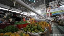 Lapak pedagang di kawasan Pasar Gede Solo dipasangi sekat plastik. Hal itu dilakukan guna mengantisipasi penyebaran virus Corona.