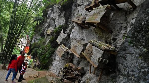 Sejak ditetapkan menjadi wilayah Zona Hijau di akhir Oktober lalu, sejumlah tempat wisata di Toraja Utara mulai ramai dikunjungi wisatawan dengan menerapkan protokol kesehatan.