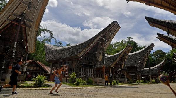 Sejumlah wisatawan mengunjungi rumah adat Toraja di kawasan wisata Kete Kesu, Toraja Utara, Sulawesi Selatan, Rabu (16/12/2020).