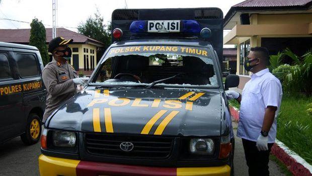 Polres Kupang tetapkan 4 orang sebagai tersangka terkait demo soal sengketa tanah yang diwarnai aksi ABG tendang polisi ala kickboxing (Antara/ Benny Jahang)