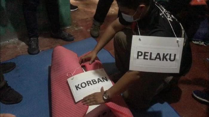 Rekonstruksi kasus mutilasi Dony Saputra di Bekasi.