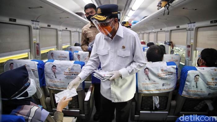 Menteri Perhubungan Budi Karya Sumadi menyambangi Stasiun Gambir. Kedatangannya untuk memeriksa kesiapan libur Natal dan tahun baru 2021 di stasiun itu.