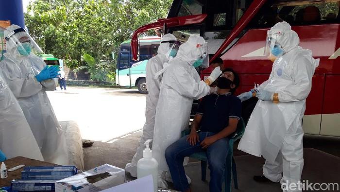 Sopir bus menjalani tes swab antigen di Terminal Boyolali, Rabu (16/12/2020).