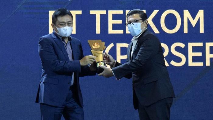 Direktur Utama Telkom Ririek Adriansyah menerima penghargaan The Best State Owned Enterprise in Nation Building dalam ajang CNBC Indonesia Award 2020 di Jakarta, Kamis (10/12). Dalam ajang tersebut, Telkom Indonesia meraih tiga penghargaan sekaligus, yaitu sebagai The Best State Owned Enterprise in Nation Building, Best Digitalization Enabler Enterprise, dan Best Venture Capital untuk MDI Ventures, yang juga berada di bawah naungan TelkomGroup.