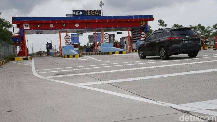 Toyota Corolla Cross Hybrid melintas di jalan tol Trans Jawa