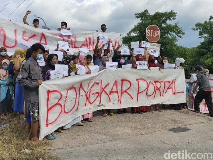 Warga memprotes penutupan perlintasan TKP laka KA vs mobil patroli TNI-polisi di Sragen, Rabu (16/12/2020).