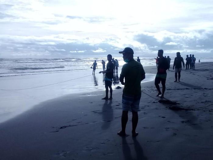 Wisatawan asal Klaten, Fajar Apriyanto (20), hilang terseret ombak di Pantai Parangkusumo, Bantul, Rabu (16/12/2020).