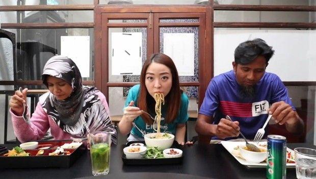 YouTuber Traktir Ojol Makan di Restoran