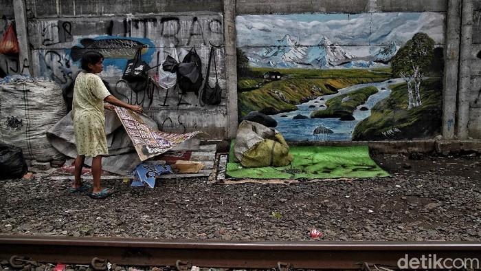 Sejumlah warga berprofesi sebagai pemulung beraktivitas di kawasan bantaran rel kereta api, Senen, Jakarta Pusat, Kamis (17/12/2020).